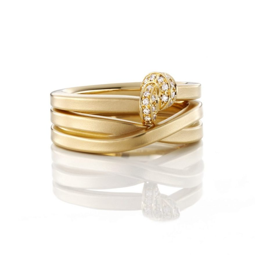 """Knotenring aus 750 Gelbgold mit Diamanten besetzt, dazu der Herrenring """"Endlosband"""""""
